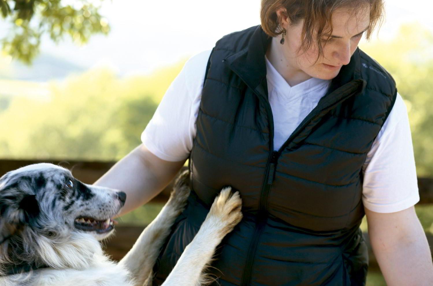 Inma con Argi, el perro pastor.