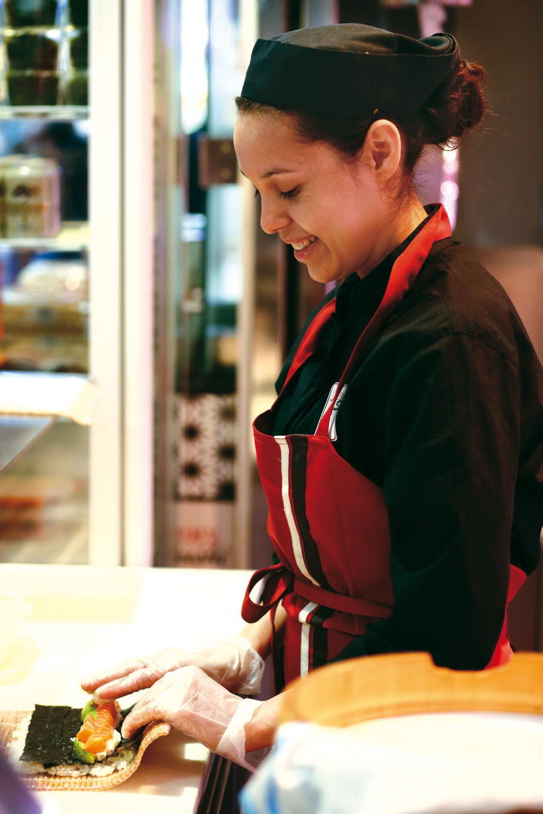 Damara de Junny Sushi, preparando pedidos.