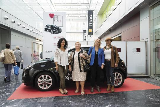 De izquierda a derecha: Nerea Aramburu, en representación de Mercado San Martin; la ganadora Dori Cabida Crespo, acompañada por su hija, y Loreto Coca, de Opel Garaje Inglés.