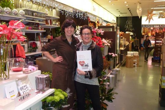 Esther Villate, la ganadora, y Naroa García, de floristería Mimiku