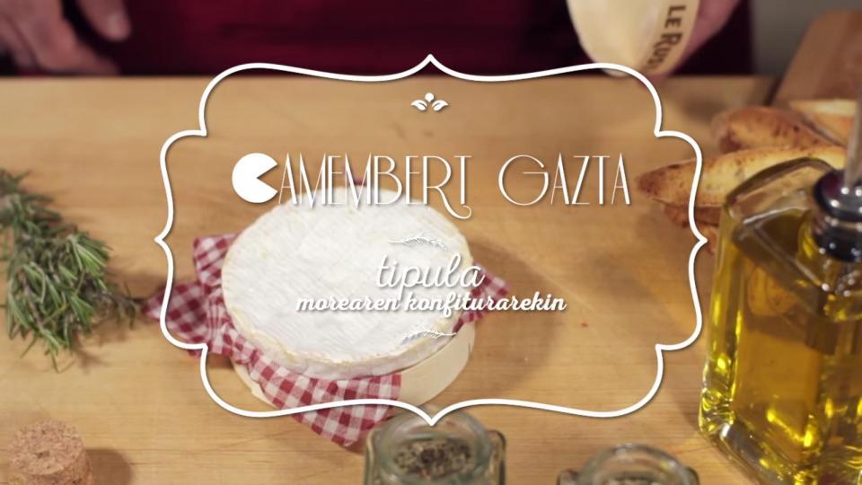 Camembert au four avec de la confiture d'oignons