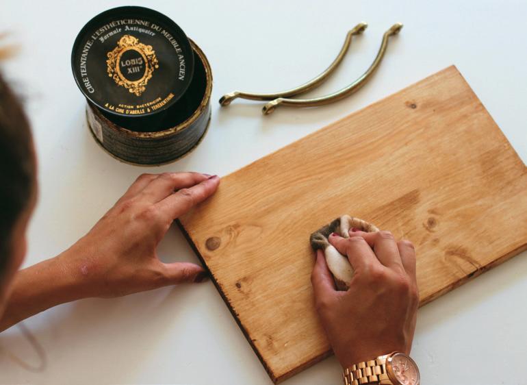 """1. Cortamos o compramos la tabla en el tamaño que queremos. Teñimos la madera con el betún de Judea para darle ese aspecto """"vintage"""" y lo dejamos secar."""