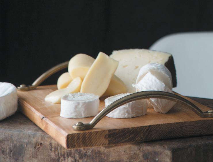 3. Sorprende a tus invitados escribiendo el nombre de cada uno de los tipos de queso que les ofreces.