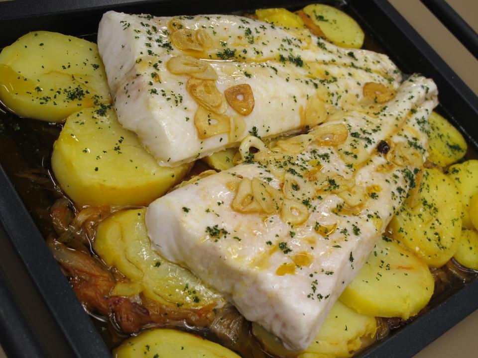 Merluza al horno con patata y cebolleta